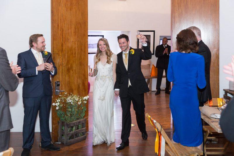 newlyweds london entrance photographer