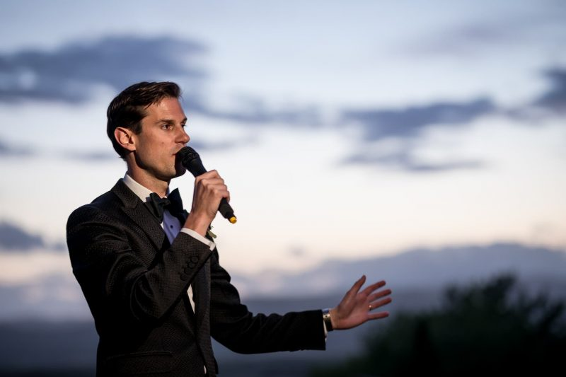 groom speech photographer outdoors tuscany